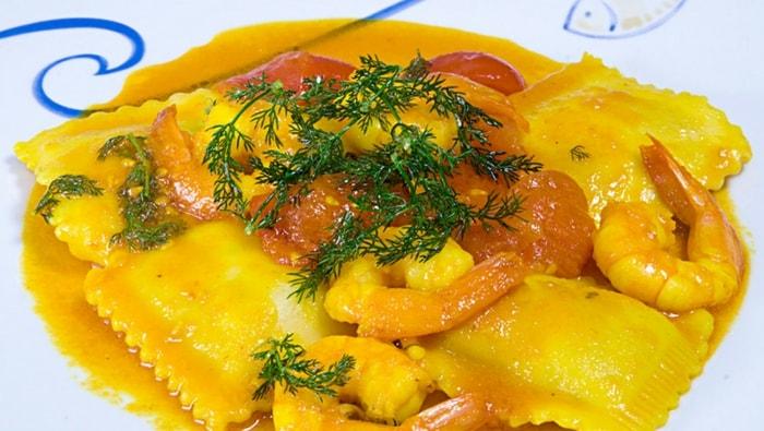 Ravioli al branzino e agrumi con gamberi allo zafferano e finocchietto selvatico
