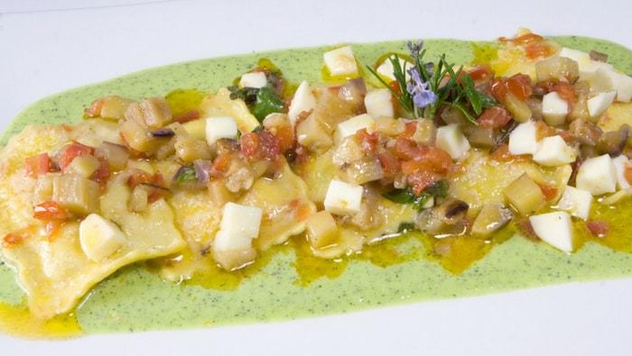 Ravioloni con ricotta e spinaci alla parmigiana su passatella di zucchine